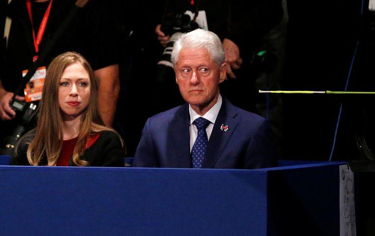 Voormalig Amerikaans president Bill Clinton en zijn dochter Chelsea. Beeld REUTERS