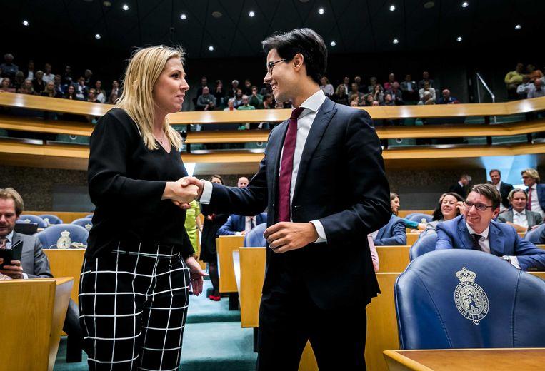Lilian Marijnissen (33) van de SP feliciteert Rob Jetten (31) van D66 met zijn benoeming. Beeld null