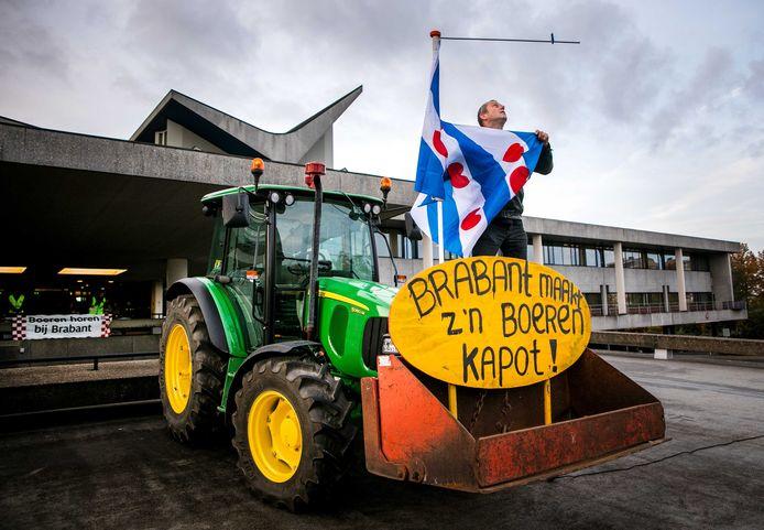 Boeren protesteren bij het provinciehuis tegen de strenge stikstofregels. In de provinciale staten vind een debat plaats over de landbouw.