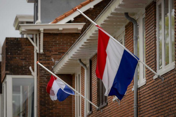 Vlaggen hangen halfstok als teken van eerbied en respect voor oorlogsslachtoffers op de dag van de Nationale Dodenherdenking.