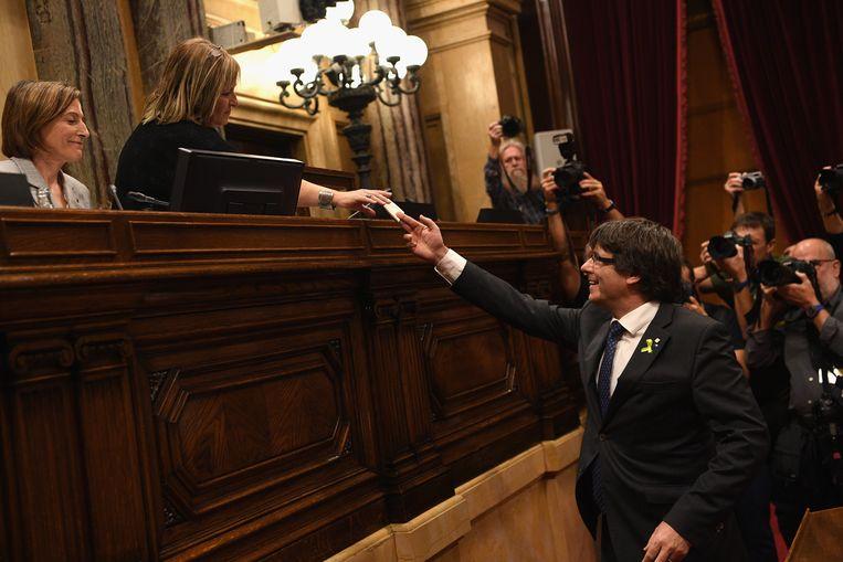 Catalaans minister-president Carles Puigdemont tijdens de stemming in het parlement. Beeld Getty Images
