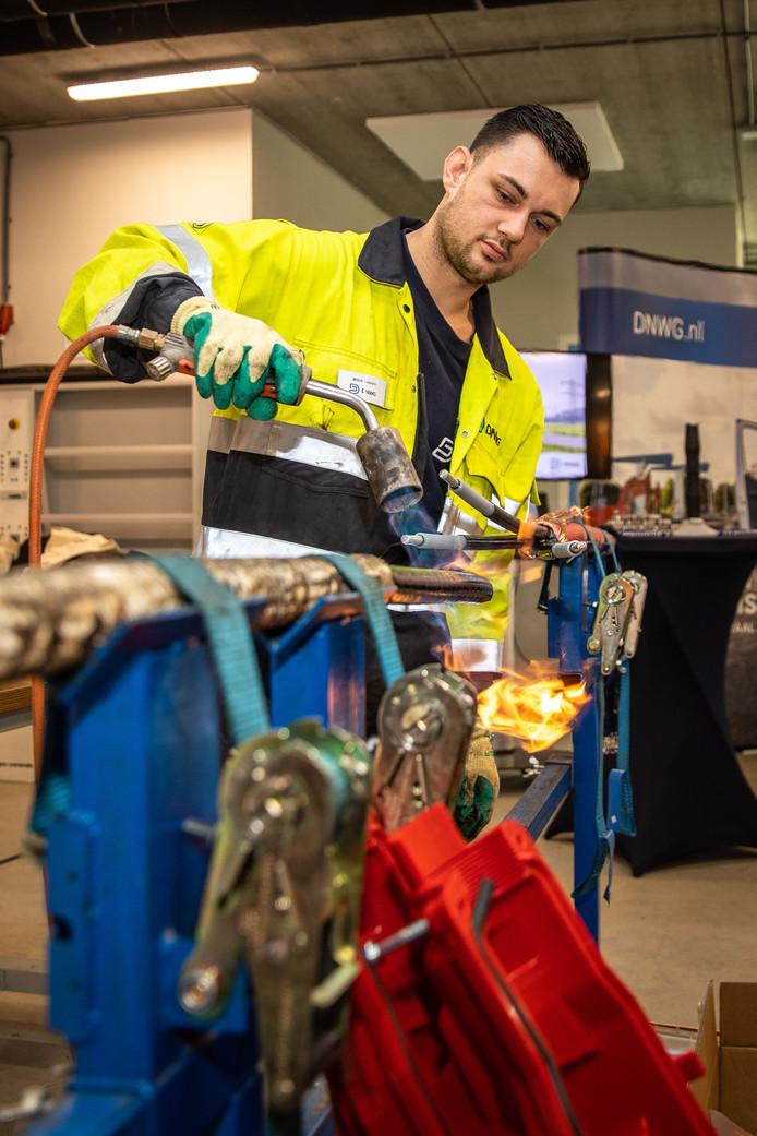 Mitch Oomen demonstreert kabeltechniek namens DNWG.