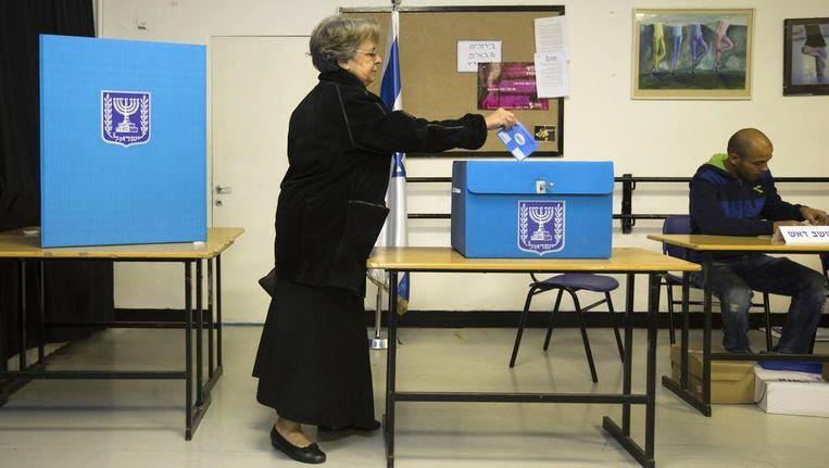 Een vrouw brengt haar stem uit in Jeruzalem. Beeld reuters