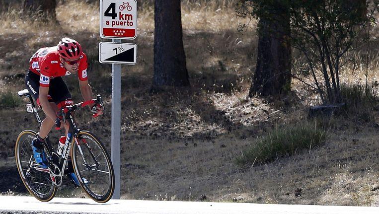 De Nederlander Tom Dumoulin in de leiderstrui. Even leek hij op weg naar de overwinning in de Vuelta, maar uiteindelijk zou de Italiaan Fabio Aru de leiderstrui mee naar huis nemen Beeld EPA
