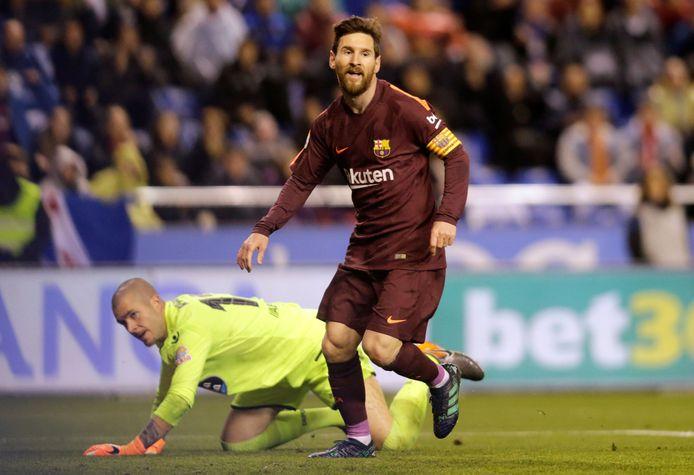 Lionel Messi viert zijn derde doelpunt van de avond.