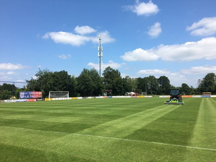 Op sportpark Woldermarck werd donderdagmiddag de laatste hand gelegd aan de grasmat voor het duel tussen GA Eagles en Vitesse.