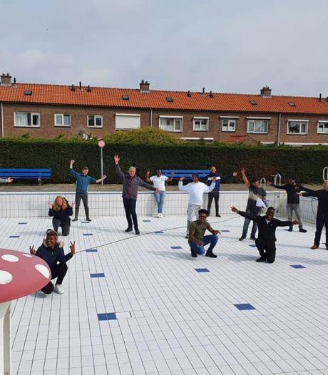 Statushouders knappen vrijwillig het zwembad in Klaaswaal op: 'In plaats van taalles'