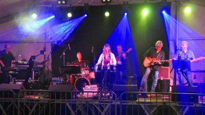 Pajotse coverband Uppelink op podium De Mèt Duvelt