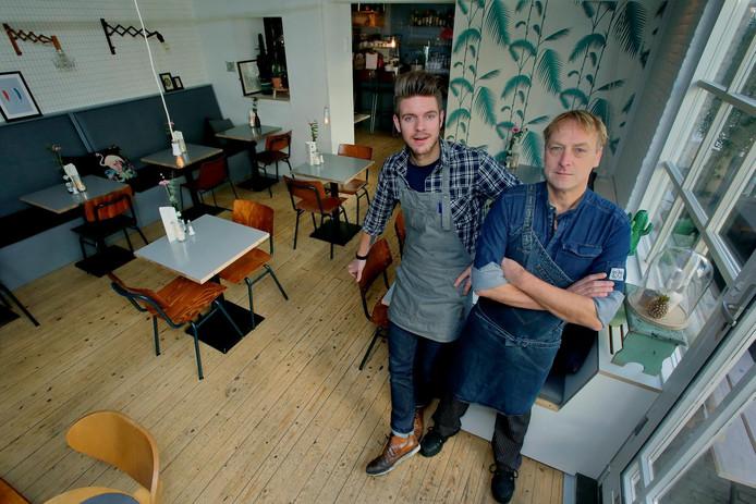 Dennie Soffree (links) met chef-kok Jan Blaak streven naar een dagelijks Witte de With-gevoel in Oud-Beijerland.