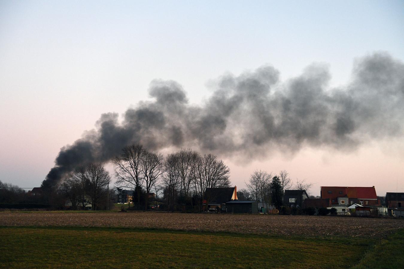 De rookpluim was van ver zichtbaar.
