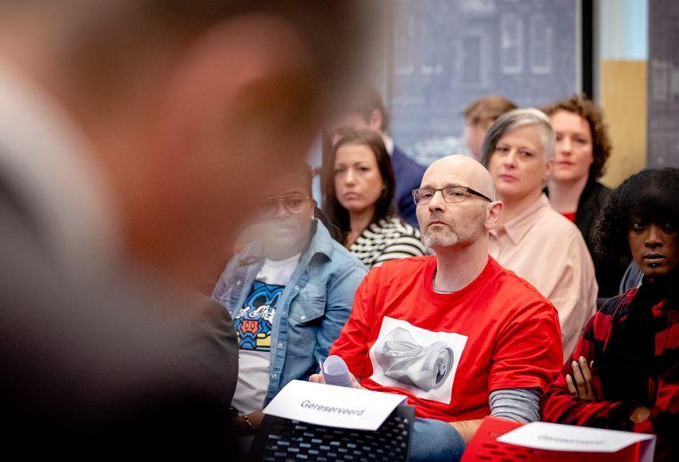 Roger Derikx (in het rode T-shirt) tijdens de persconferentie over het eindrapport van de adviescommissie uitvoering toeslagen.  Beeld ANP