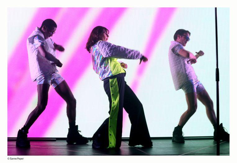 Naomi Velissariou op het podium met Gary Gravenbeek (links) en Valentijn Benard (rechts) Beeld Sanne Peper