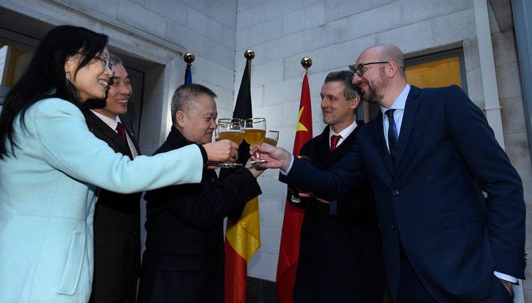 Premier Michel klinkt met Belgisch bier op de goede relaties met China.