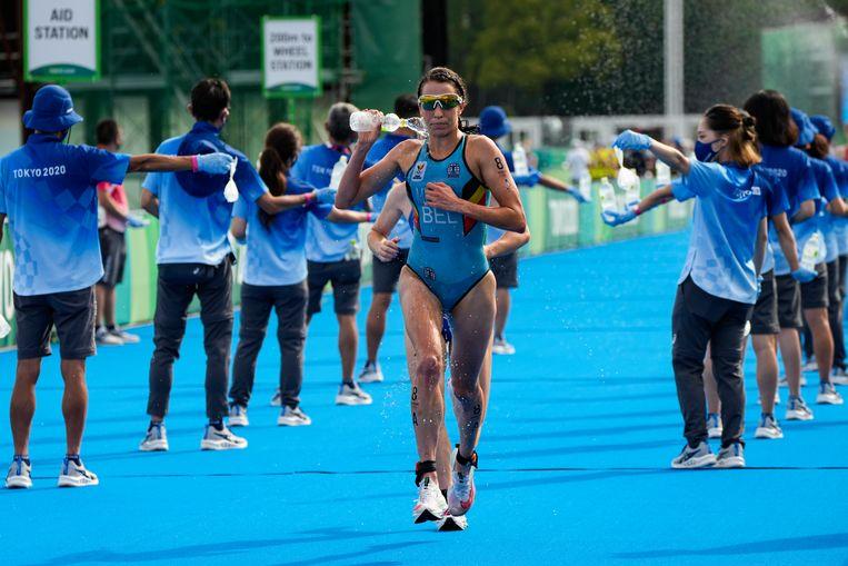 Claire Michel van de Belgian Hammers tijdens de gemengde triatlon.   Beeld AP