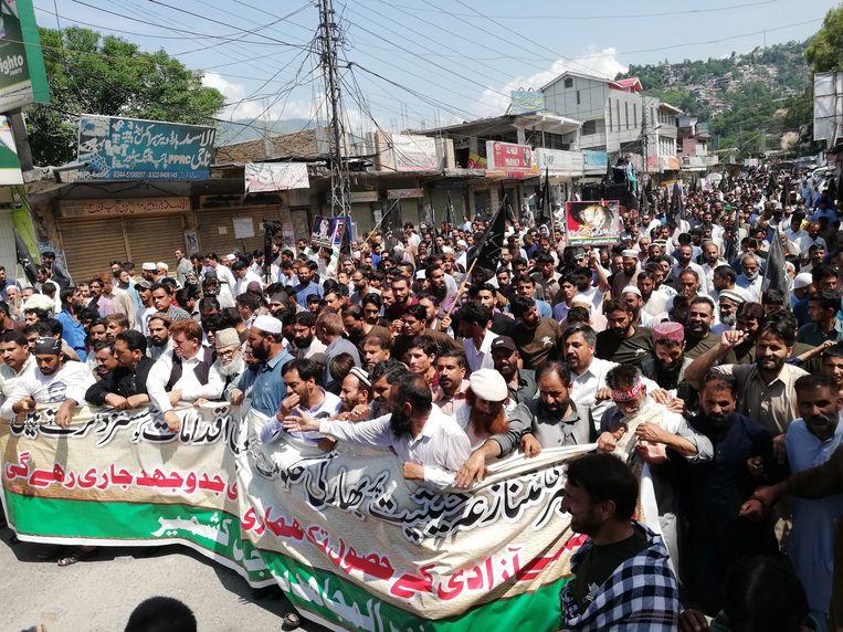 Voor het eerst sinds de regering-Modi de autonomie van Kasjmir introk, kwam het donderdag aan de demarcatielijn tussen Indiaas en Pakistaans Kasjmir tot geweld tussen militairen van de twee buurlanden.  Beeld EPA