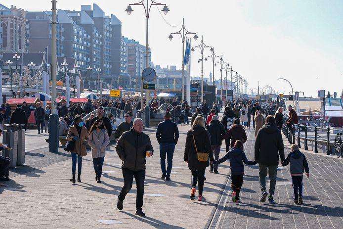 Er zijn weer veel mensen afgekomen op de boulevard van Scheveningen.