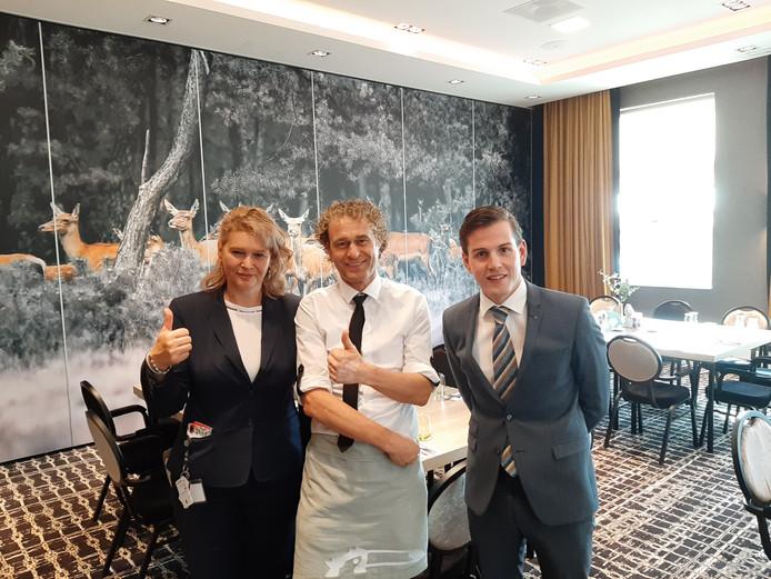Het personeel van Van der Valk Hotel Apeldoorn dat zich ontfermt over de Nederlandse baanwielrenners: Wioletta Karrenbelt, Daniel Pots en Thijs Peulers (vlnr).