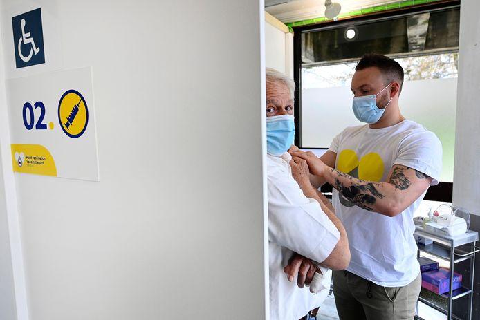 Deze man in Sint-Pieters-Woluwe was alvast wél bereid om een vaccin tegen Covid-19 te krijgen.