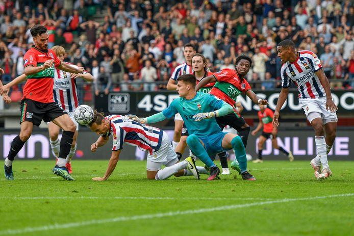Met vereende krachten slaagde Willem II er in om met een man minder de 0-0 over de streep te trekken in een NEC-stadion dat een grotere bezetting had dan de toegenstane maximale tweederde.