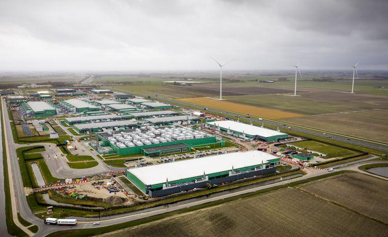 Dronefoto van het datacenter van Microsoft in Middenmeer.  Beeld Freek van den Bergh / de Volkskrant