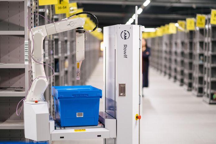 Een van de nieuwe pick-robots in het verbouwde distributiecentrum van A.S. Watson in Ede.