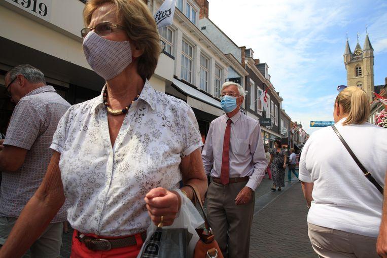 Veel mondkapjes in de winkelstraat van Sluis. Beeld Arie Kievit