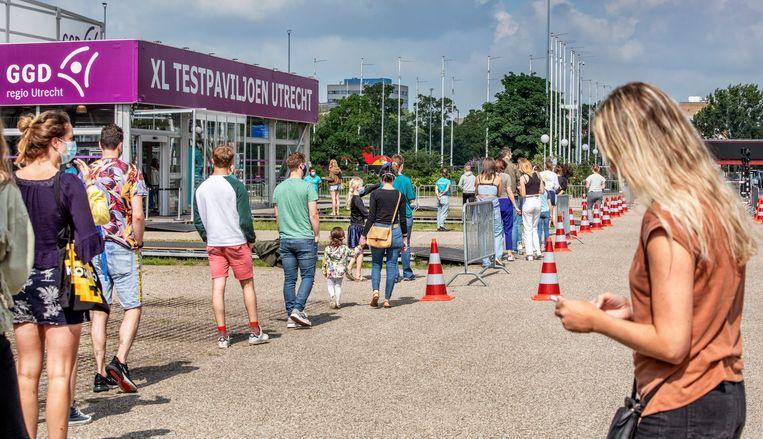 Drukte bij de testlocatie van de GGD op de Utrechtse Jaarbeurs waar vandaag rond de negenduizend testen zullen worden afgenomen, van mensen die uit het hele land naar Utrecht komen.  Beeld Raymond Rutting / de Volkskrant