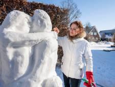 Louise Bramer uit Vroomshoop maakt bijzonder kunstwerk van sneeuw: 'Bevrijd van corona'