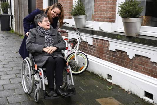 Lindy van Dingenen gaat voor Thebe Lucia wandelen met mensen met dementie.