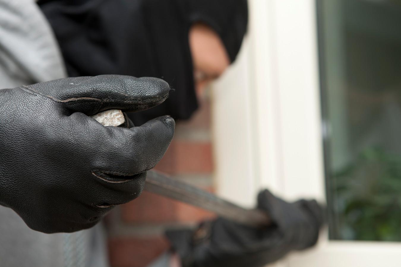 Drie achtereenvolgende dagen wordt er ingebroken, en de vierde dag ziet de politie bij toeval een bekende met zware tassen slepen.