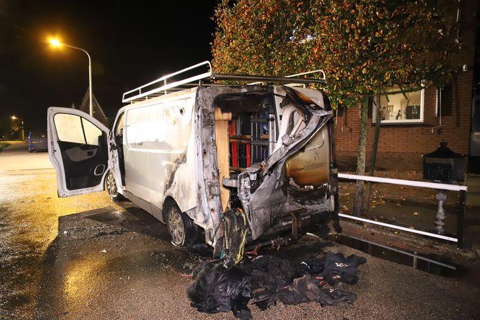 De bestelbus liep bij de brand zware schade op.