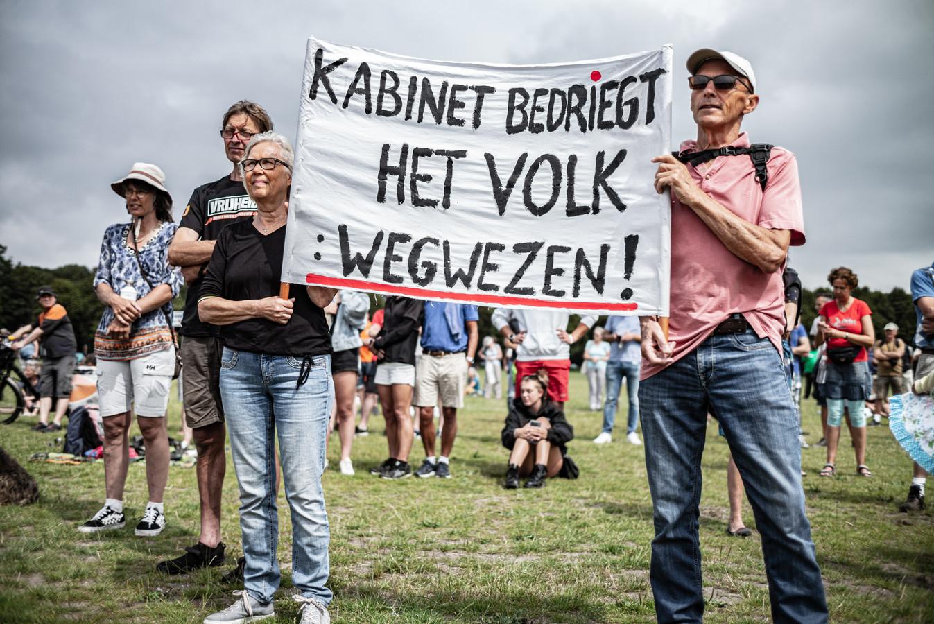 Demonstranten voeren actie tegen de coronamaatregelen op het Malieveld in Den Haag, 1 augustus 2020.