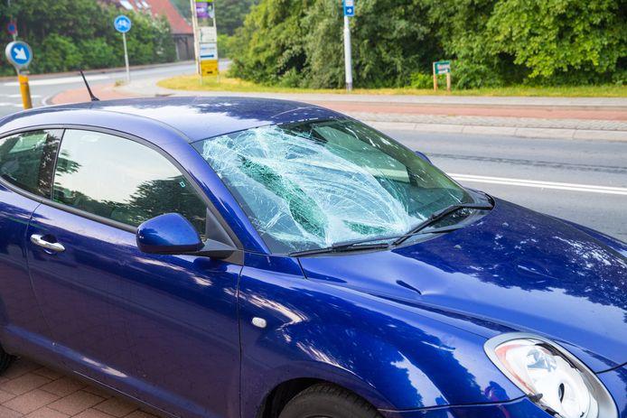 De auto liep flinke schade op bij de aanrijding vanochtend met een fietster in Wezep.