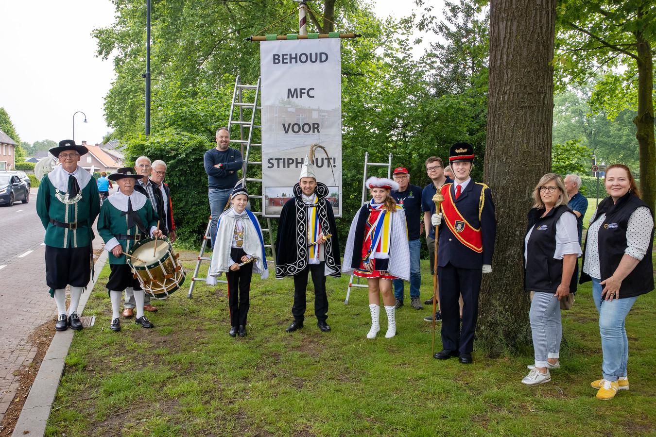 Stiphoutse verenigingsmensen en andere verontruste wijkbewoners voeren actie voor behoud van het wijkcentrum in Stiphout.