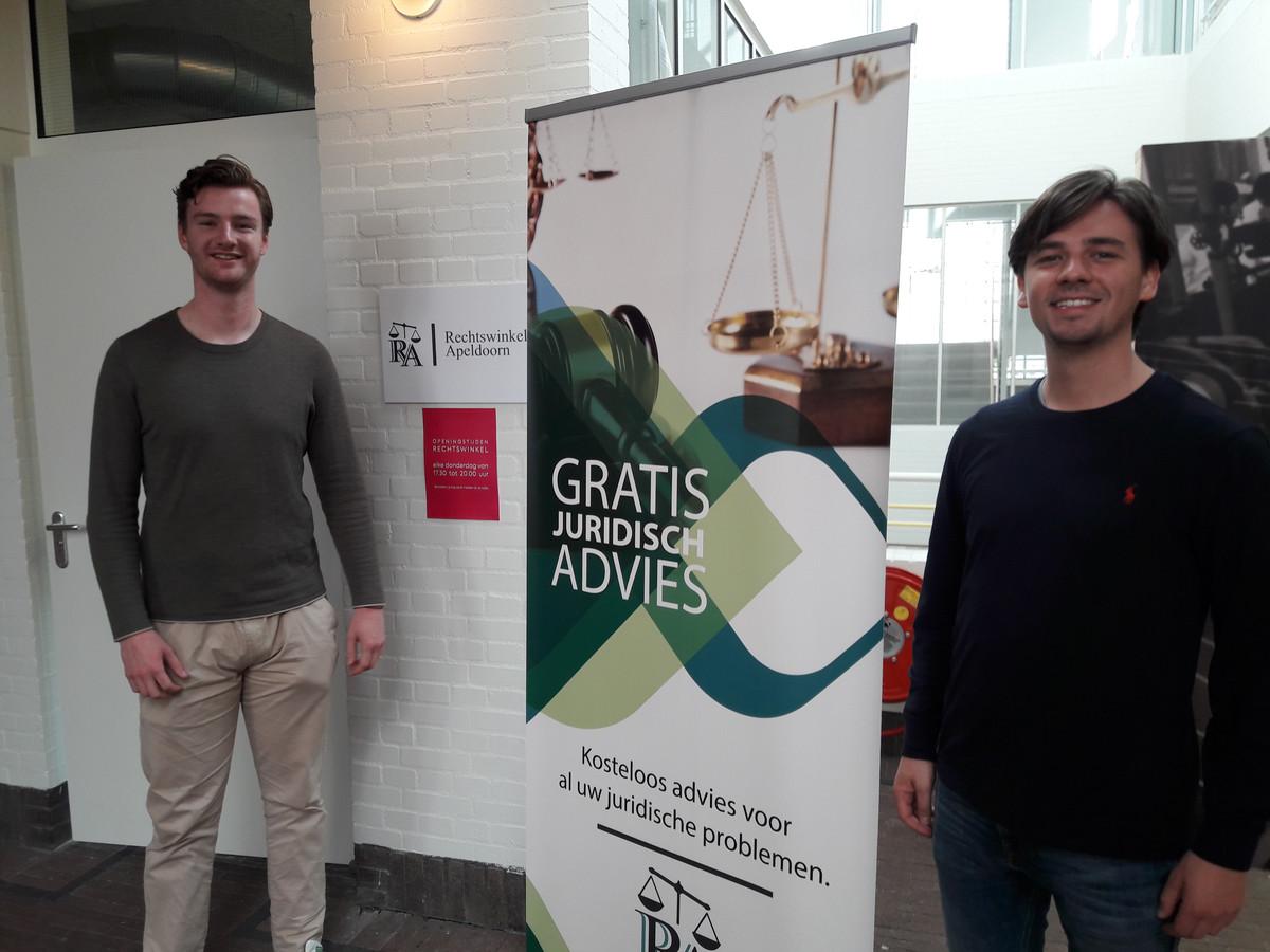 Berend Wardenier (links) en Tim Janssen voor de Rechtswinkel Apeldoorn in CODA.