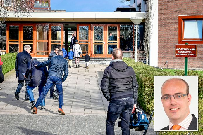 Een journalist werd zondag bij de Mieraskerk in Krimpen aangevallen. Inzet: SGP'er Elias van Belzen noemde de verslaggever een 'sensatiezoeker'.