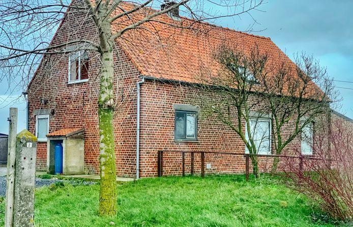 De speurders vielen donderdag binnen in deze hoeve langs de Groenestraat in Reninge. In de stal vonden ze een drugslab, in het woonhuis hielden zich zeven illegale transmigranten schuil.
