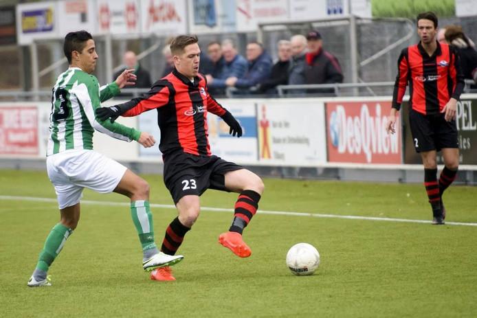 Dennie Banda (l) van Oirschot Vooruit zet Tim Koeman van Best Vooruit onder druk.