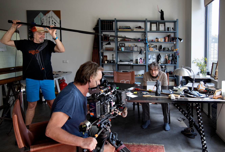 Frank Lammers tijdens opnames op de filmset, een appartement op Strijp-S