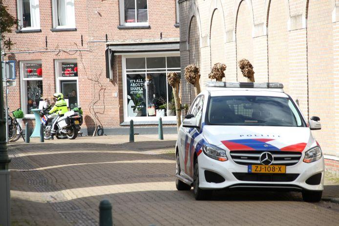 Politie patrouilleerde door het centrum van Lochem, op zoek naar de gevluchte overvaller.