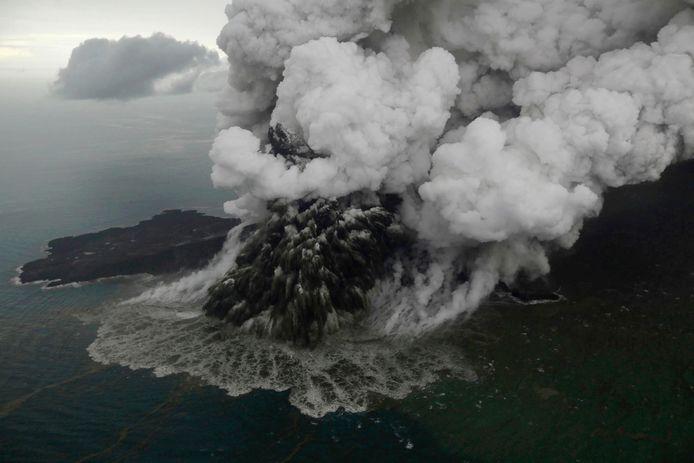 Vulkaan Anak Krakatau barstte in 2018 ook al eens uit (te zien op de foto), met een dodelijke tsunami tot gevolg.