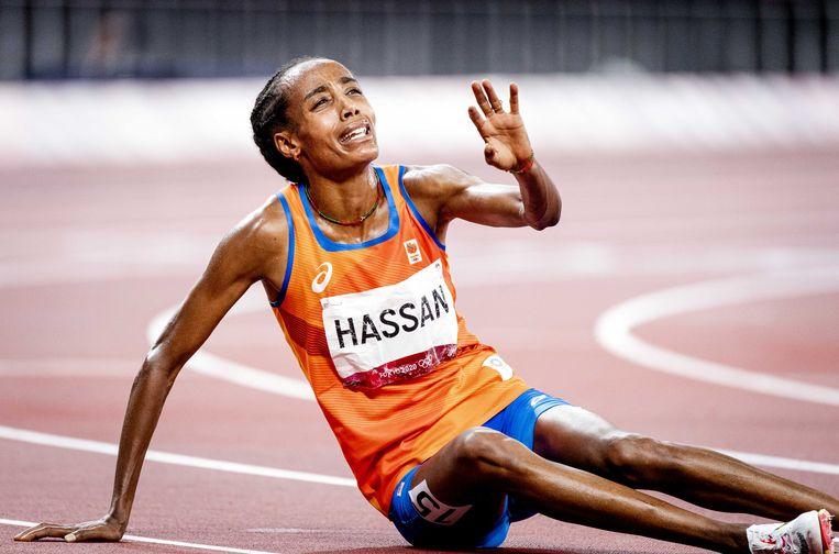 Sifan Hassen is uitgeput na het winnen van de 10.000 meter. Beeld ANP