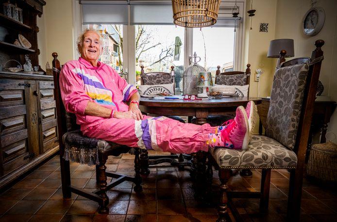 Henny de Prie is wereldberoemd in Roelofarendsveen, hij staat bekend als het roze mannetje.