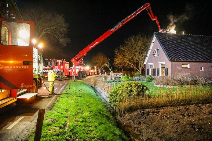 Met hulp van een hoogwerker werd het dak nog gecontroleerd.