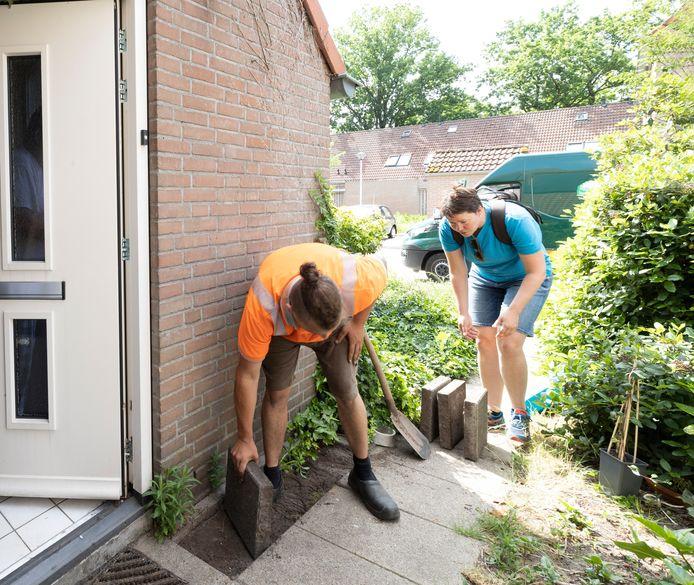 Overal in Nederland vinden acties plaats om tegels te verruilen voor groen, zoals hier recent in Helmond.