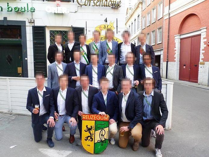 Achttien leden van studentenvereniging Reuzegom.