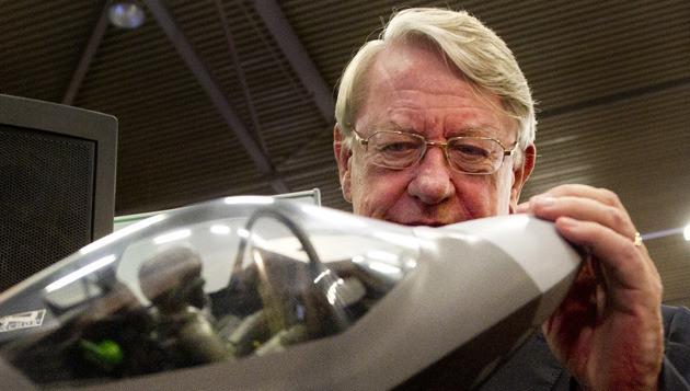 Minister van Defensie Hans Hillen bekijkt een replica van de JSF op het NIDV symposium in Ahoy Rotterdam. © ANP