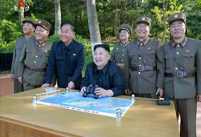 Kim Jong-un in mei dit jaar, terwijl hij de testlancering van een ballistische raket bekijkt.