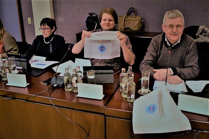 De gemeenteraadsleden kregen allemaal een zakdoek van de mensen van Ieders Stem Telt.