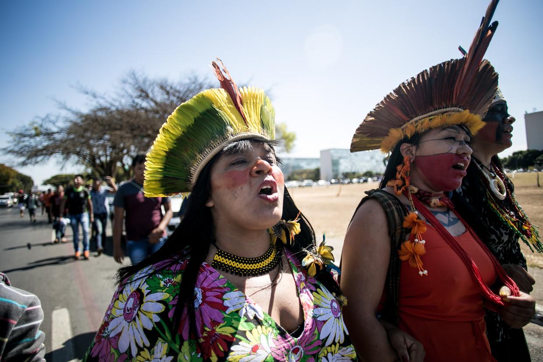 Sonia Guajajara, een leider van een inheemse stam, komt naar Europa om actie te voeren.
